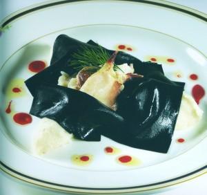 Lasagne nere fredde con cavolfiori e polpa di granchio