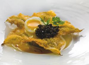 Fiore di zucca in pastella con consomm di crostacei e for La pergola roma prezzi